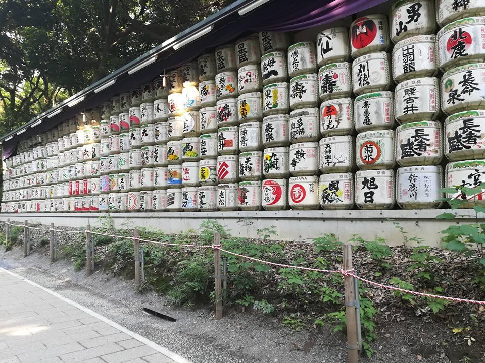 Petit stock de saké. De l'autre côté de la route trônait la même quantité de tonneaux de vin bourguignon.