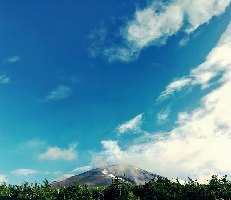 Le tout petit bout du haut du mont fuji, sur le chemin du retour. Le bas était gâché par un bâtiment très moche, d'où le cadrage bizarre.