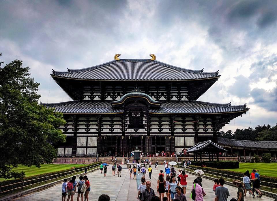Temple bouddhiste Todai-ji. La photo ne rend pas vraiment compte de sa taille imposante. Il contient la plus grande statue de bouddha que j'aie jamais vue.
