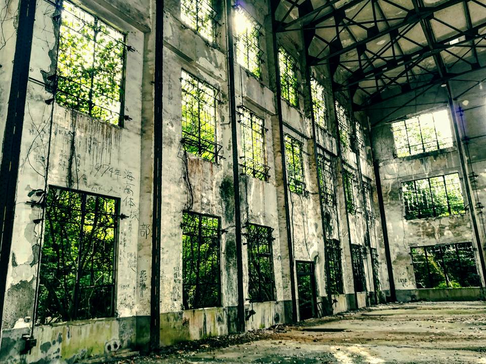 L'usine abandonnée. Il était interdit d'y entrer mais nous avons vu des gens en sortir, et la désobéissance est contagieuse. :)